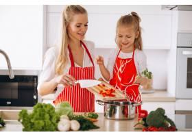 母女俩在厨房做饭_2859106