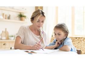 母女俩在家做作业_10604697