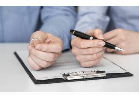 特写夫妻签署离婚合同_8003792