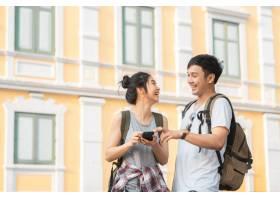 泰国曼谷位置图上的亚洲旅行者夫妇方向_4395013