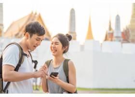 泰国曼谷位置图上的亚洲旅行者夫妇方向_4395021