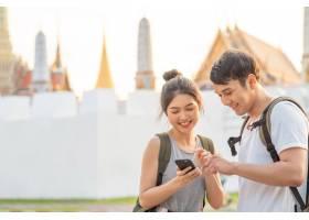 泰国曼谷位置图上的亚洲旅行者夫妇方向_4395022