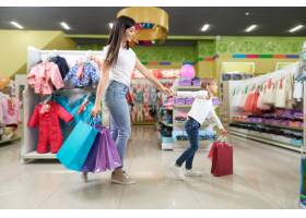 深色头发和可爱的女孩在百货商店购物_8792454