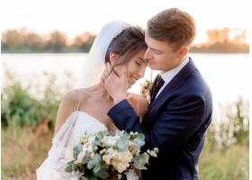 温馨的夜晚温馨的水边新人手持美丽的结婚_7498709