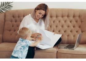 漂亮的女商人在家工作多任务自由职业者_7303062