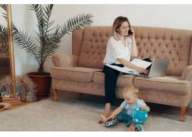 漂亮的女商人在家工作多任务自由职业者_7303064