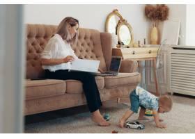 漂亮的女商人在家工作多任务自由职业者_7303067