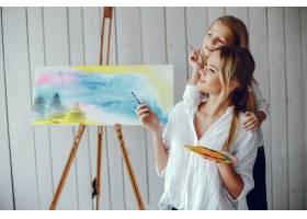 漂亮的妈妈和女儿在画画_3826908