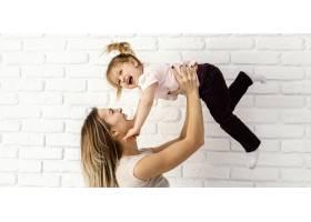 漂亮的妈妈在家陪女儿玩耍_12658815
