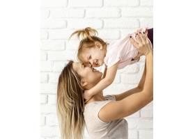 漂亮的妈妈在家陪女儿玩耍_12658816
