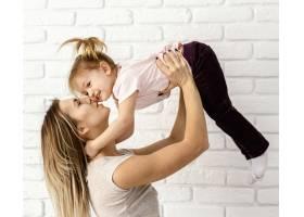 漂亮的妈妈在家陪女儿玩耍_12658817