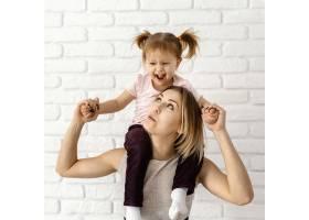 漂亮的妈妈在家陪女儿玩耍_12658818