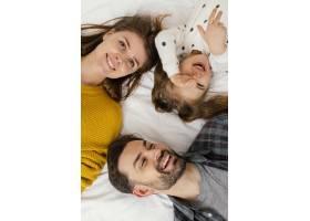 特写笑脸一家在床上_12552985