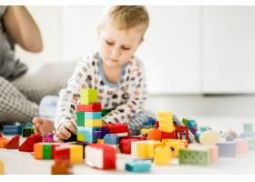 男孩和妈妈穿着五颜六色的建筑工具包玩耍_1537341