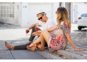相爱的年轻幸福夫妇走在西班牙的小街上喝_3735749