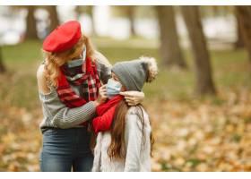 秋天公园里的一家人冠状病毒主题母亲带_11799122