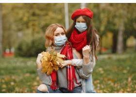 秋天公园里的一家人冠状病毒主题母亲带_11799143