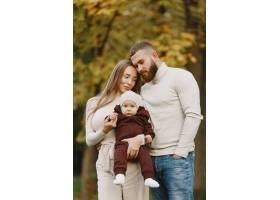 秋天公园里的一家人穿棕色毛衣的男人可_11746882
