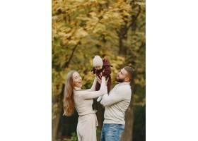 秋天公园里的一家人穿棕色毛衣的男人可_11746895
