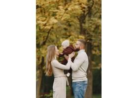 秋天公园里的一家人穿棕色毛衣的男人可_11746900