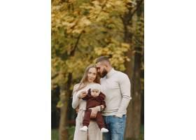 秋天公园里的一家人穿棕色毛衣的男人可_11778656