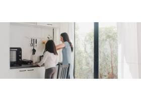 年轻的亚裔日本母女在家做饭生活方式女人_6141978