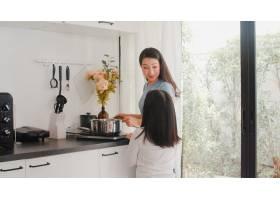 年轻的亚裔日本母女在家做饭生活方式女人_6141984