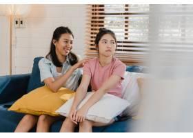 年轻的女同性恋LGBTQ亚洲女性在家里对愤怒_5503767