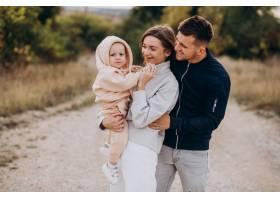 年轻的家庭和小儿子在一起_10706060