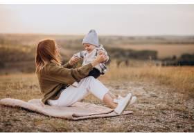 年轻的母亲和她的小儿子玩得很开心_10703598
