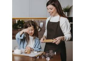 微笑的母女在厨房做饭_11766003