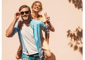 微笑的漂亮女孩和她英俊的男朋友的肖像穿_8936215
