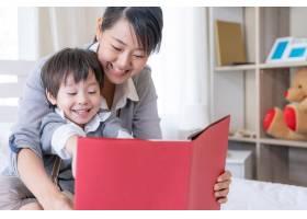 年轻的母子俩在家看书_5388971