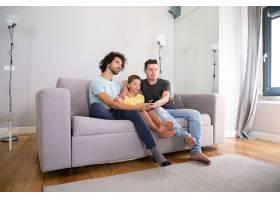年轻英俊的同性恋夫妇和他们的儿子在家看电_11307464