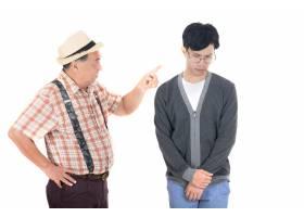 年长愤怒的父亲对被隔离在白人背景上的儿子_1503056
