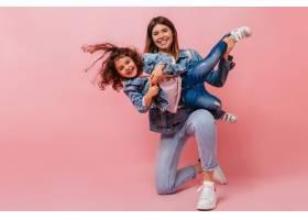 微笑的年轻女子和女儿一起玩耍演播室拍摄_12431972