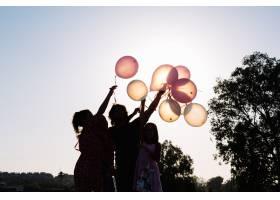手持气球的家庭剪影_1449032
