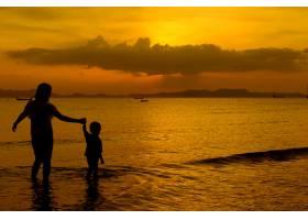 日落时分一对母子在户外带着复印空间_1285624