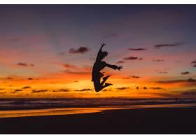 日落时海滩上的人们那个女孩在落日的背景_3064228