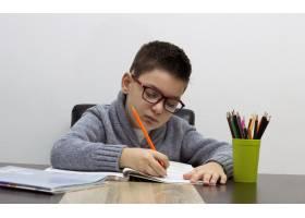 七岁的孩子在家写字男孩在餐桌旁学习孩_1188279