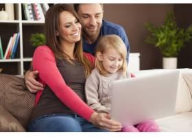 享受现代科技的幸福家庭_11100964