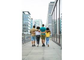 亲密的朋友一起在城市里散步_5546353