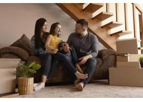 全景拍摄坐在沙发上的父母和孩子_12976387