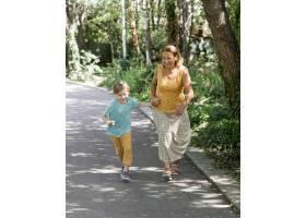 全景拍摄奶奶和孩子跑步_10849643
