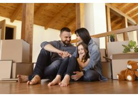 全景拍摄家长和孩子在室内_12976384