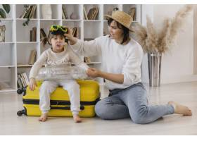 全景拍摄母亲和女孩玩耍_13106703