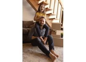 全景拍摄父亲和孩子在地板上_12976389