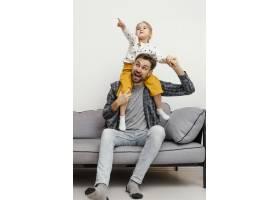 全景拍摄父亲和孩子玩得开心_12552958