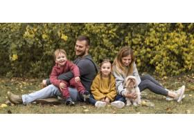 全景拍摄父母孩子和狗在户外_11103595