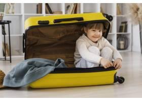 全景拍摄的女人坐在行李里_13106692